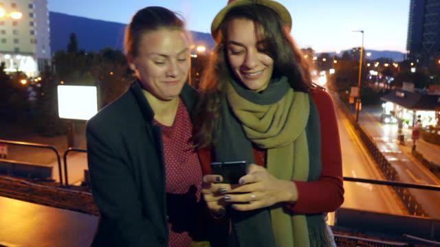 Paar, Surfen, SMS und lachen