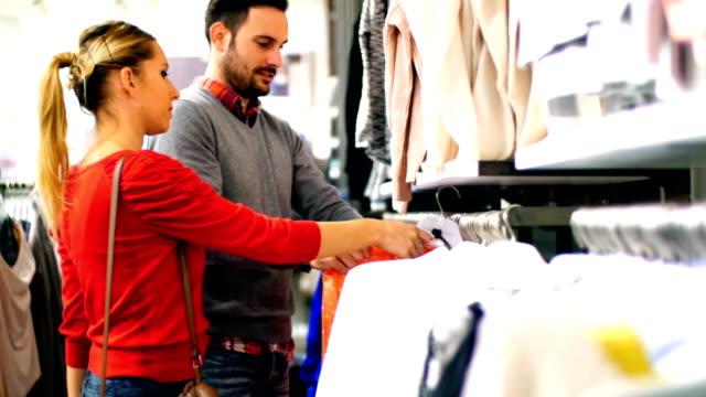 Paar Kauf Kleidung in einem Geschäft.