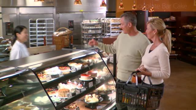 vídeos de stock e filmes b-roll de ms couple buying fruit tart in bakery, richmond,  virginia, usa - empregado de balcão