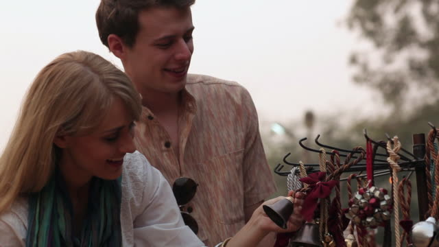 vidéos et rushes de couple buying handicrafts in suraj kund mela, faridabad, haryana, india - châle