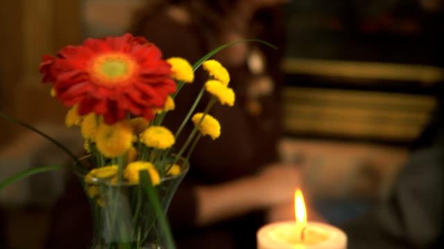 vídeos de stock e filmes b-roll de casal com lareira - agenda de telefones