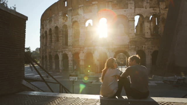 stockvideo's en b-roll-footage met couple by the coliseum at sunset - rome italië