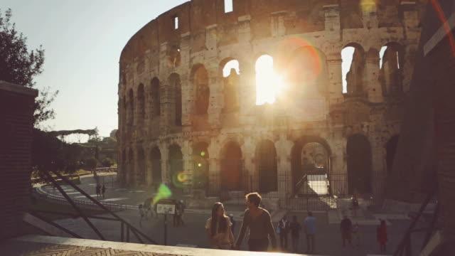 Coppia, con il Colosseo al tramonto
