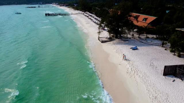 vídeos de stock e filmes b-roll de couple by the ocean. tourist resort on koh rong island dream beach cambodia - aldeia de pescador