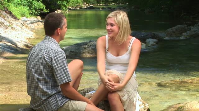 vídeos y material grabado en eventos de stock de hd: pareja por el río - buena condición