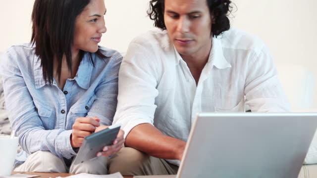 couple calculating household finances - 中年カップル点の映像素材/bロール