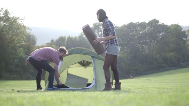 couple camping in nature - エクササイズマット点の映像素材/bロール
