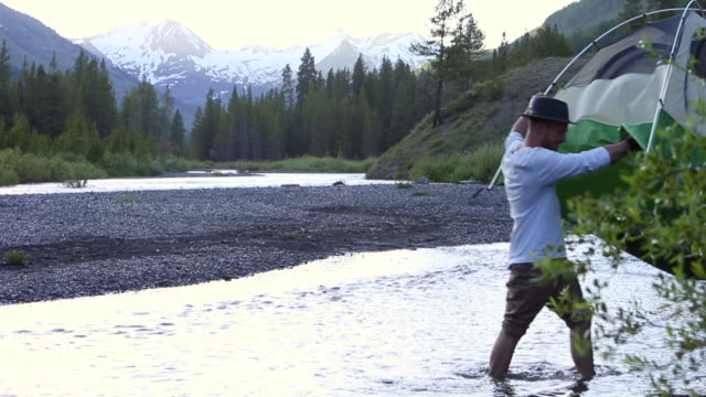 couple camping - gemeinsam gehen stock-videos und b-roll-filmmaterial