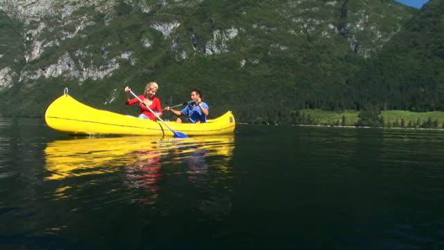 vídeos y material grabado en eventos de stock de hd: par de paseos en canoa por el lago - buena condición