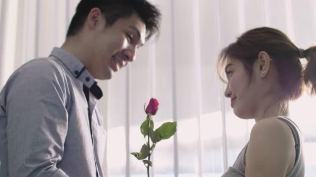 vídeos y material grabado en eventos de stock de pareja celebra día de san valentín - pareja de mediana edad