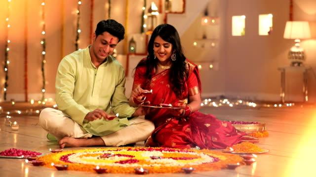 vídeos y material grabado en eventos de stock de couple celebrating diwali festival in the home, delhi, india - fosforo