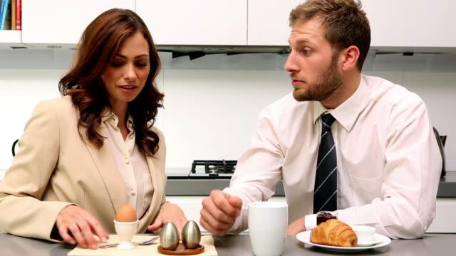 vídeos de stock e filmes b-roll de couple chatting during breakfast before work - camisa e gravata