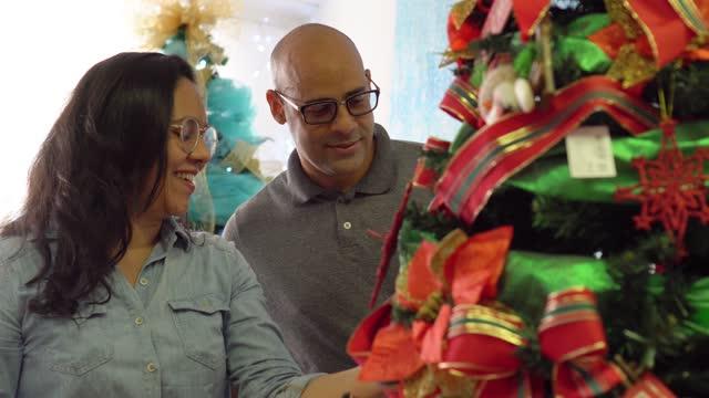 couple choose christmas tree - pardo brazilian stock videos & royalty-free footage
