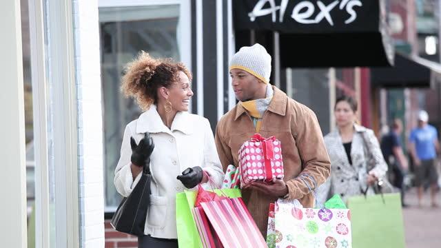 couple christmas shopping - kaufen stock-videos und b-roll-filmmaterial