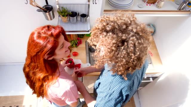vídeos de stock, filmes e b-roll de casal cozinhar em casa - amor à primeira vista