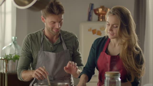 coppia cucina insieme in cucina e cibo - cooking pan video stock e b–roll