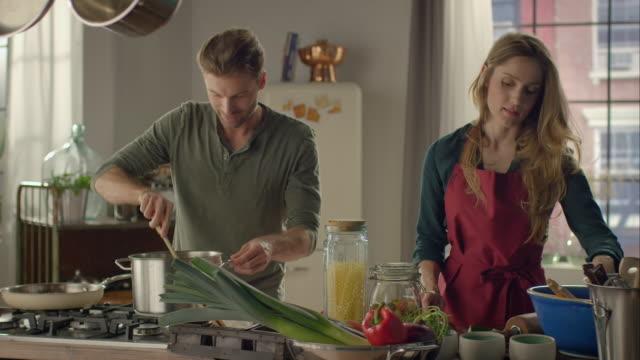 coppia cucina insieme in cucina - cooking pan video stock e b–roll