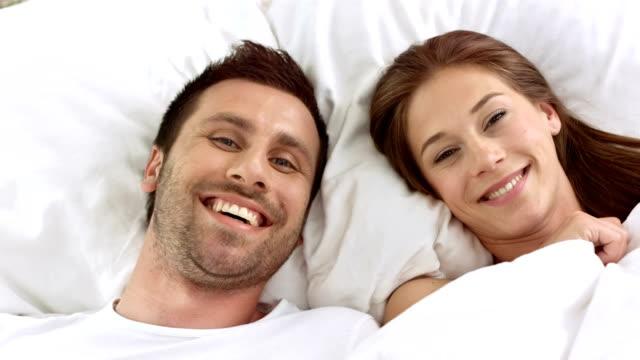 hd: cuddling coppia a letto - fare il solletico video stock e b–roll