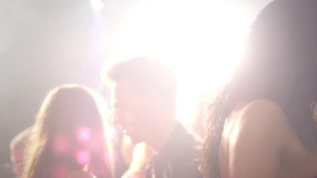 vidéos et rushes de couple danse en discothèque - fondu d'ouverture