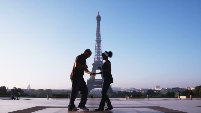 couple dancing in front of the eiffel tower - サルサダンス点の映像素材/bロール