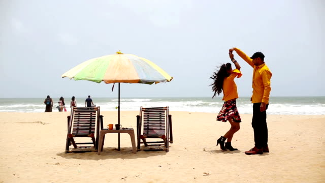 カラングート ビーチ、ゴアで踊るカップル - indian ethnicity点の映像素材/bロール