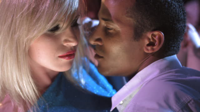 low motion: paar tanzende passionierung - flirten stock-videos und b-roll-filmmaterial