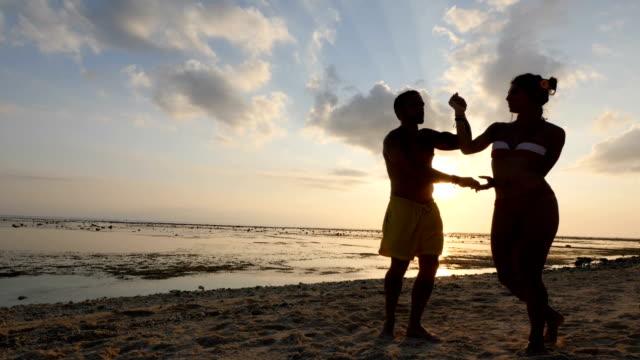 バリ島のビーチでサルサを踊るカップル - サルサダンス点の映像素材/bロール