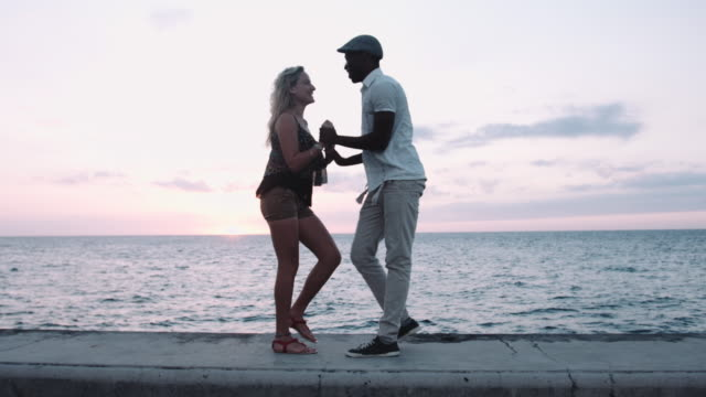 stockvideo's en b-roll-footage met couple dancing salsa in by the sea in havana, cuba - cuba