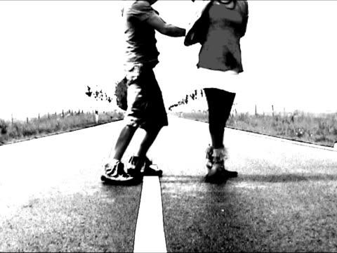 vidéos et rushes de couple de danse salsa sur la route - image en noir et blanc