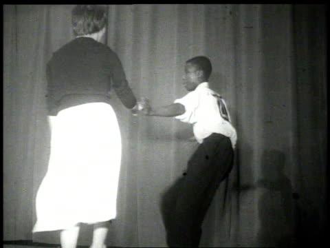 vídeos y material grabado en eventos de stock de 1926 cu couple dancing the lindy hop on stage  - 1926