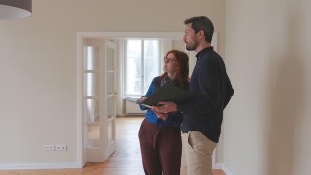 vidéos et rushes de couples discutant la conception intérieure de leur nouvelle maison - genre de la personne