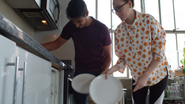vídeos de stock e filmes b-roll de couple doing chores at home - loft apartment