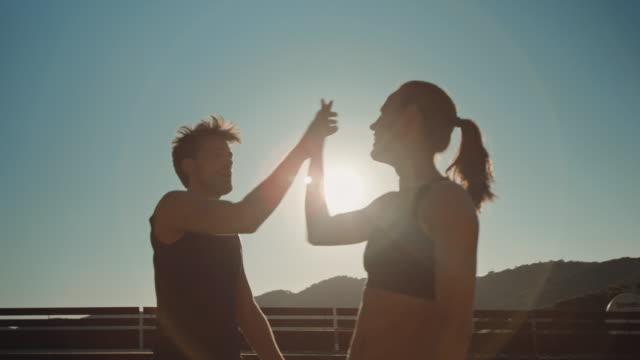 paar bewegungsetüden tun - marathon stock-videos und b-roll-filmmaterial