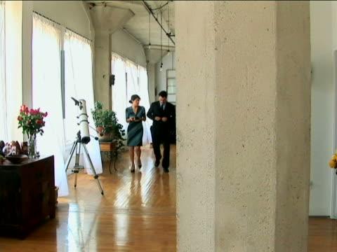 vídeos y material grabado en eventos de stock de couple dressed up - traje corbata