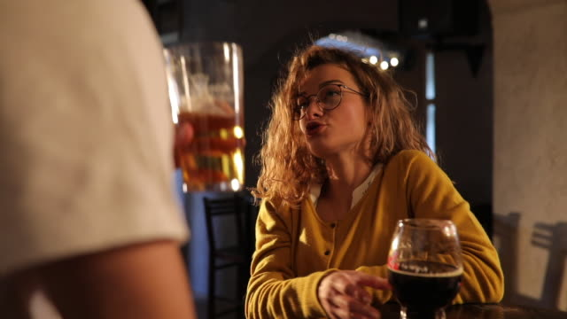 stockvideo's en b-roll-footage met paar bier drinken - charmant
