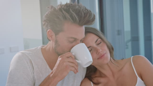 vídeos de stock e filmes b-roll de couple drinking coffe - cama
