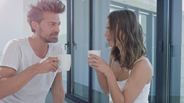 couple drinking coffe - riposarsi video stock e b–roll