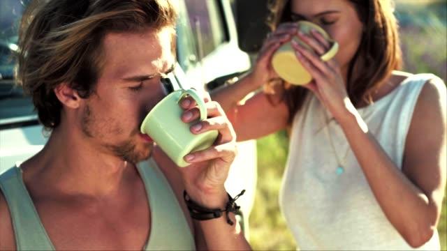 vídeos y material grabado en eventos de stock de pareja bebiendo café durante el día soleado - pareja joven