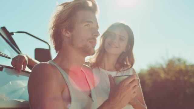vidéos et rushes de café de boire de couples pendant la journée ensoleillée - jour