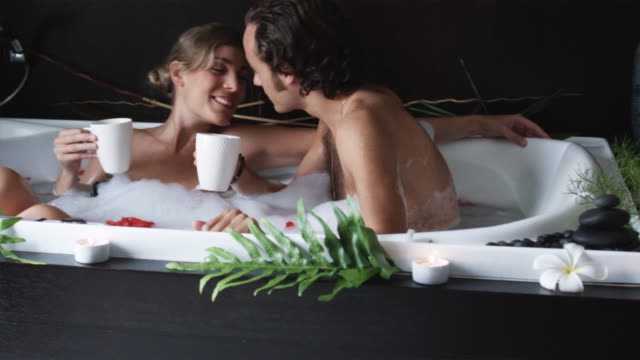 couple drinking coffee in a bathtub - heterosexuelles paar stock-videos und b-roll-filmmaterial