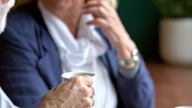 コーヒーを飲みながらのカップル - 年配の女性点の映像素材/bロール