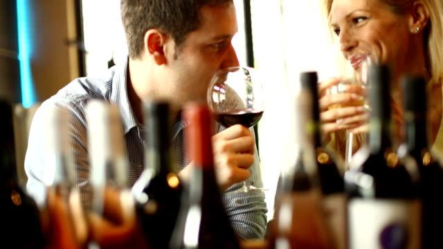 vídeos y material grabado en eventos de stock de pareja bebiendo vino. - cariñoso