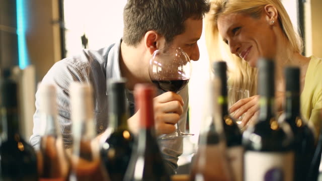 stockvideo's en b-roll-footage met couple drinking wine. - mid volwassen koppel