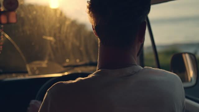 Paar fahren bei Sonnenuntergang