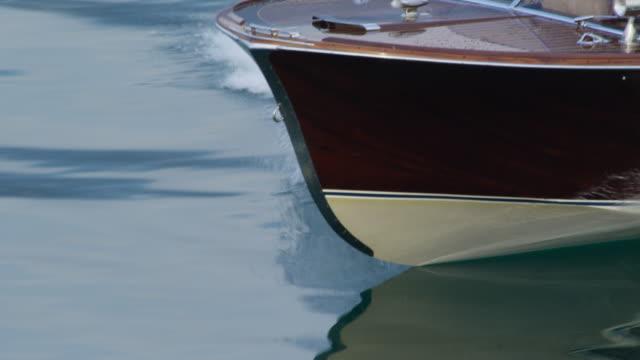 vídeos de stock e filmes b-roll de casal de condução em iate - barco a motor embarcação de lazer