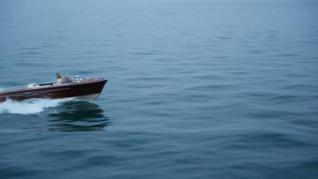 coppia guida in yacht - nautical vessel video stock e b–roll
