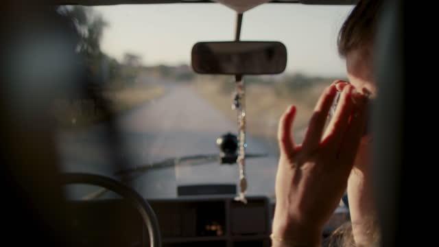 stockvideo's en b-roll-footage met couple driving, taking photos - rondrijden