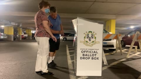 vidéos et rushes de couple drops off her connecticut 2020 presidential primary ballots at a secure ballot drop box on august 11, 2020 in stamford, connecticut. due to... - bulletin de vote