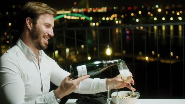vidéos et rushes de couple au dîner romantique - anniversaire d'un évènement