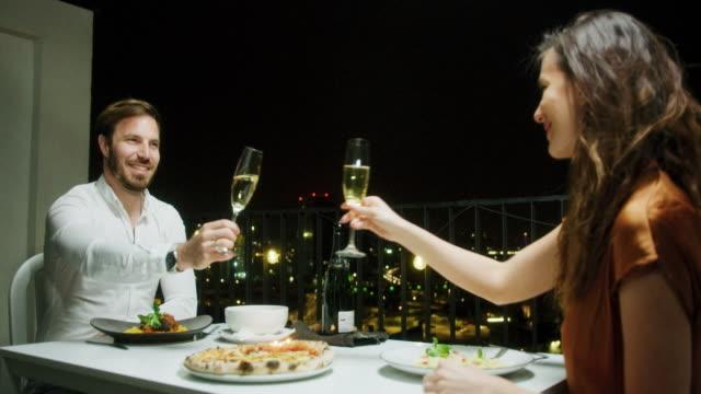 vidéos et rushes de couple au dîner romantique - prendre son repas